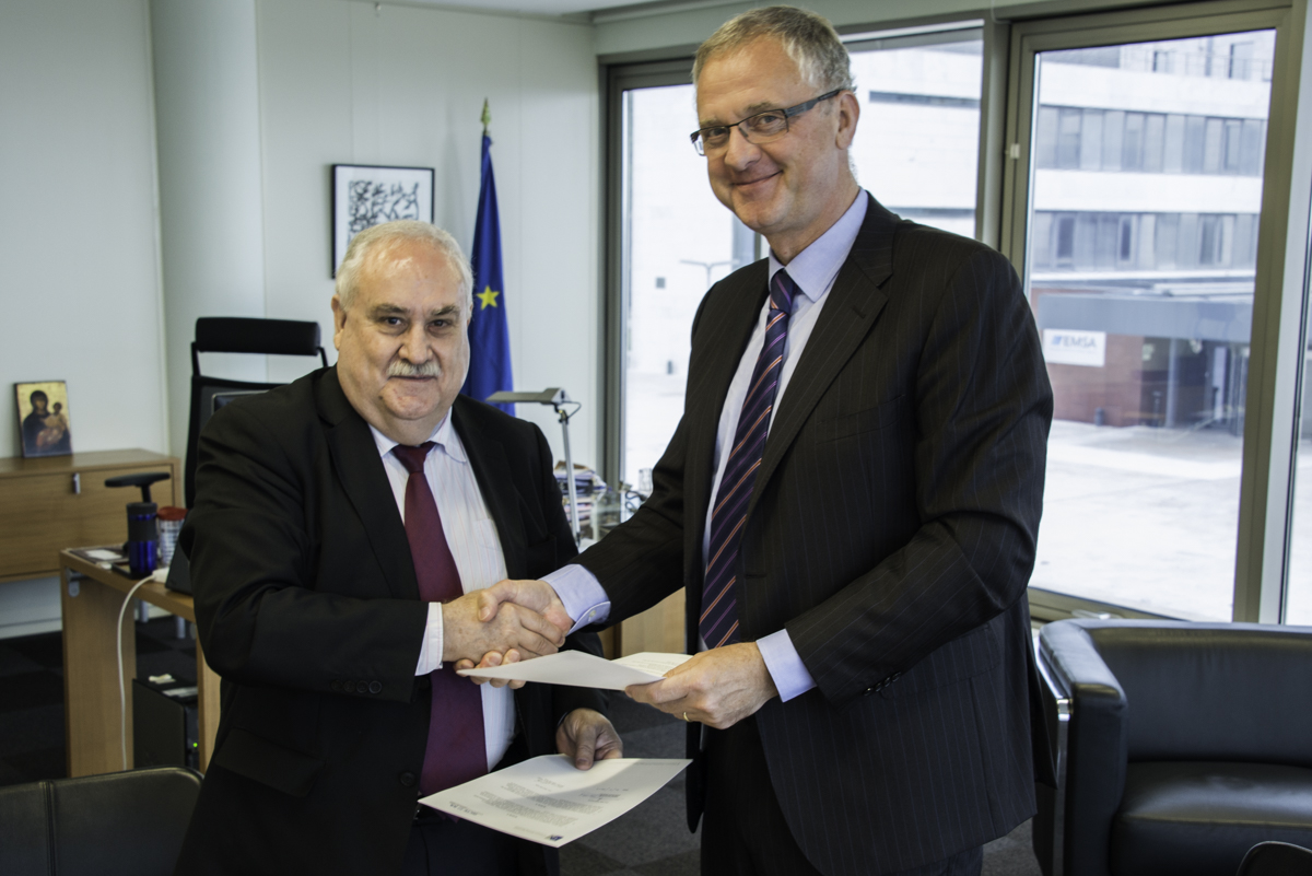 Rector of ISCTE-IUL Professor Luís Antero Reton and EMCDDA Director Alexis Goosdeel shaking hands